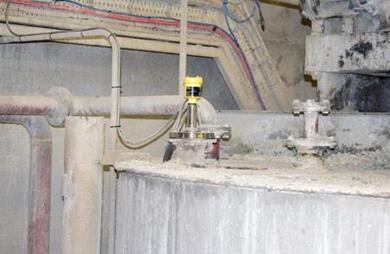 雷达液位计非常靠近石灰混合容器的边缘安装