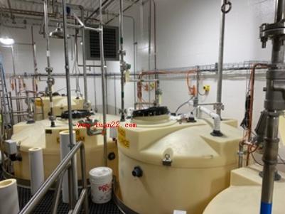 大型日用坦克用于填充55加仑的桶。使用SC C 11雷达传感器跟踪化学物含量