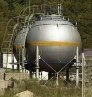 雷达液位计安装在动臂上的储罐上方,测量通过油箱顶部的盐酸水平